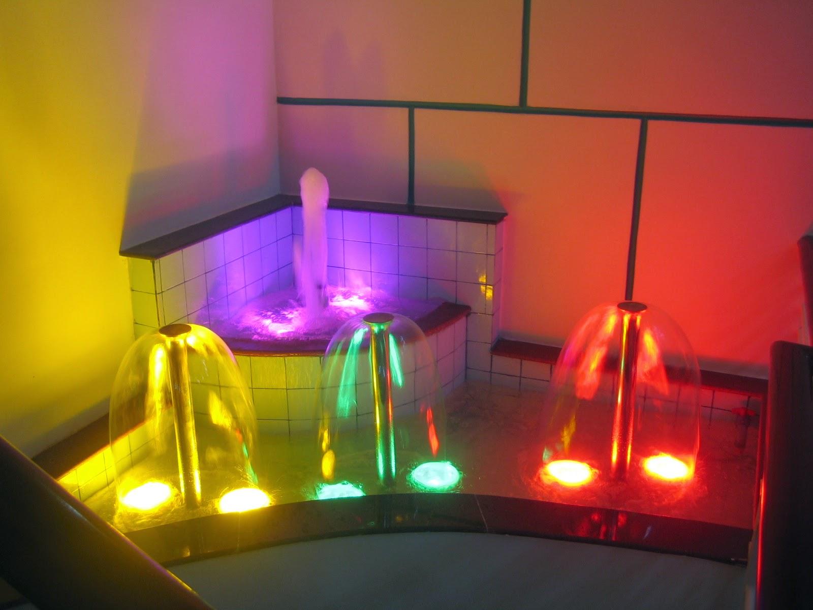 Đèn led âm nước góp phần tăng thêm vẻ đẹp của đài phun nước trong nhà.