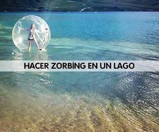 Hacer zorbing en un lago