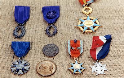Décorations, don de la famille Maringue, avec Palmes Académiques (Chevalier et Officier) (collection musée)
