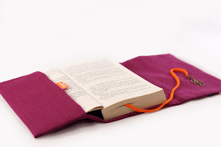 pochette livre fermeture lanière médiéval