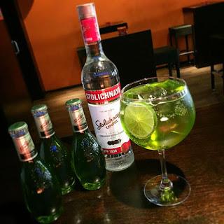 Schweppes Matcha, La Cassette, Stoli Vodka, vodkatonic, té,