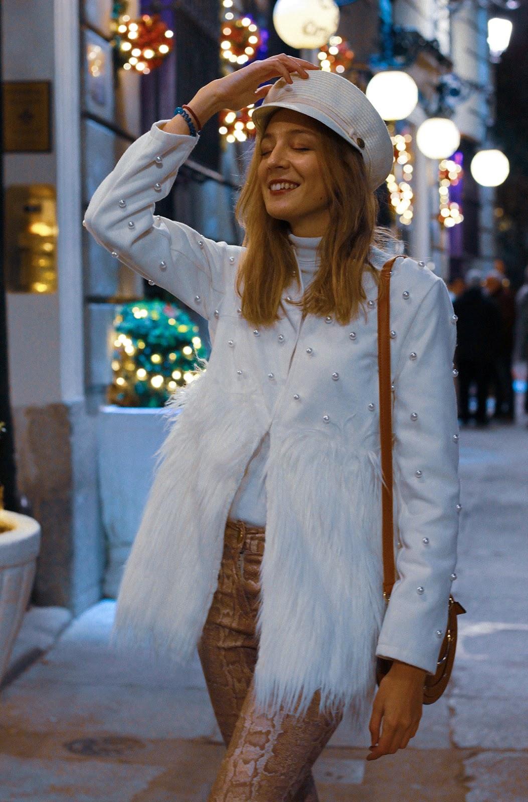 abrigo-blanco-plumas-perlas-shein