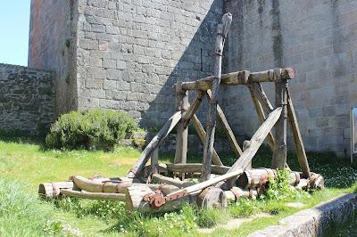 Réplica de una catapulta en el castillo de Castro Caldelas en Orense