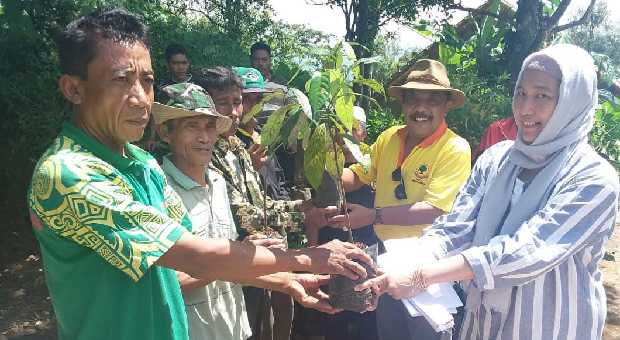 Eka Santosa Sumbang Ribuan Bibit Pohon ke Kelompok Bangun Tani di Ciamis