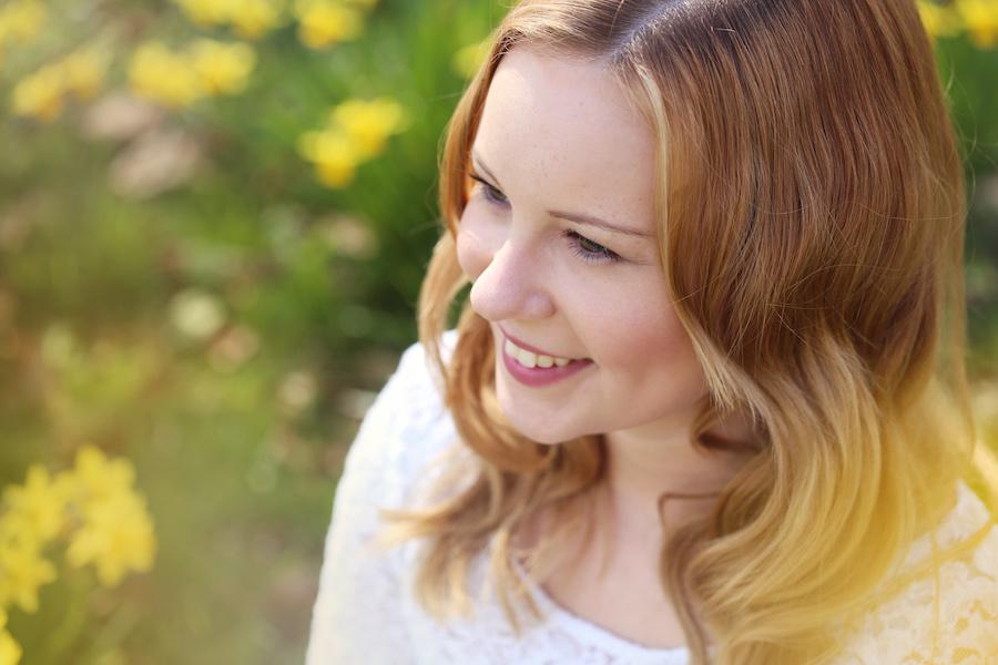 lachendes Portrait gelbe Blumen