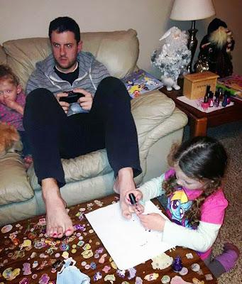 Papá jugando video juegos con sus hijas