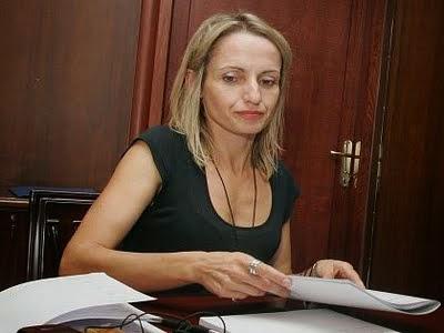 Δύσκολοι καιροί για πρώην υπουργούς! Δεν τα βγάζει πέρα με 141.000$ η Τίνα Μπιρμπίλη!