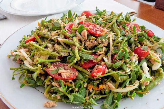 Na talerzu: wymieszana sałatka z tuńczykiem, pomidorkiem, portulaką i płatkami słonecznika