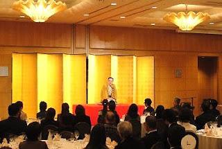 企業イベントでの落語家・三遊亭楽春の楽しい出張落語会の風景。