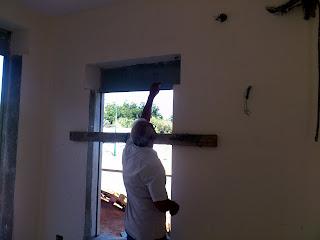 כאן לוקחים לי מידות סופיות של החלונות לקראת ביצוע