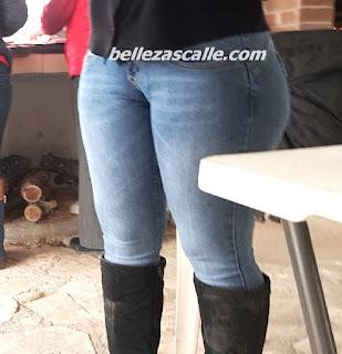 mujer pantalon apretado marcando cameltoe