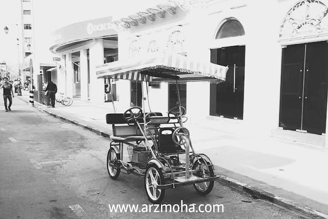 gambar kenderaan basikal penang, basikal 4 orang , gambar black and white, gambar di beach street penang,