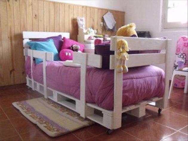 Interior kamar tidur minimalis dengan palet palet bekas