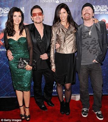 Bono y Edge con sus mujeres, Ali Hewson y Morleigh Steinberg en el estreno de Spiderman