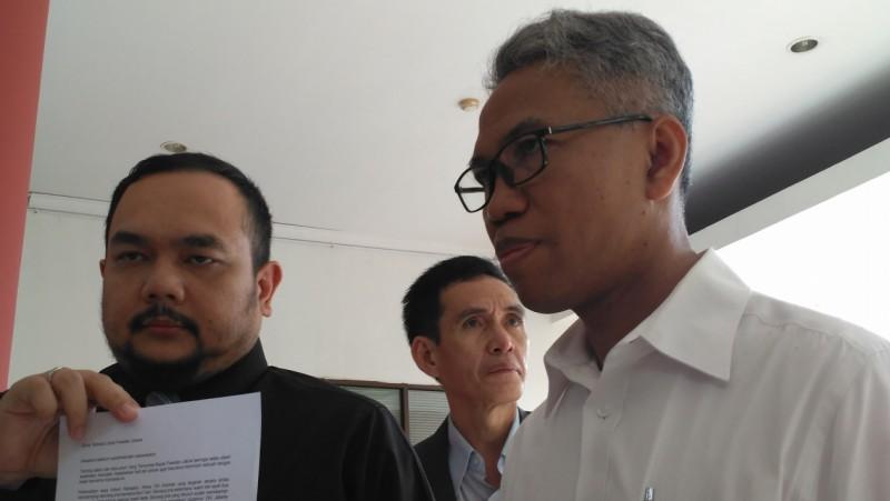 Buni Yani bersama kuasa hukum menunjukkan surat terbuka untuk Presiden Jokowi
