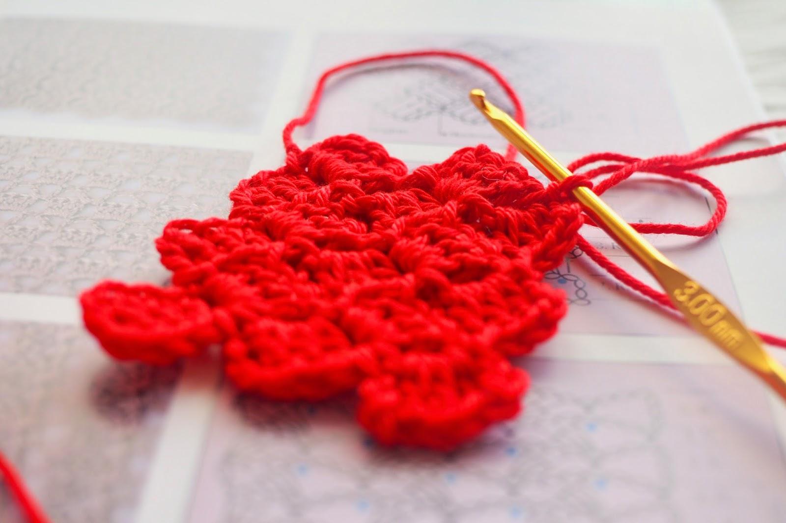 """Rotes gehäkeltes Muster aus dem Buch """"Häkeln. Der Grundkurs"""""""