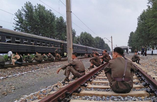 Các binh sỹ quân đội Triều Tiên nghỉ ngơi ngay trên đường tàu.