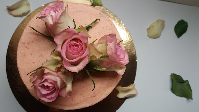 How to decorate a cake with fresh flowers. How to make Strawberry Buttercream.
