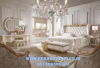 tempat tidur utama klasik mewah