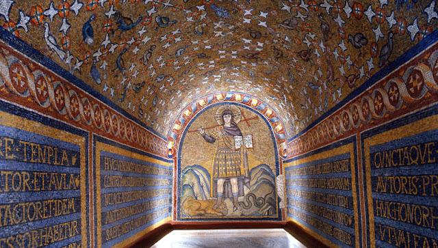 Visita ao Archiepiscopal Museum em Ravena na Itália