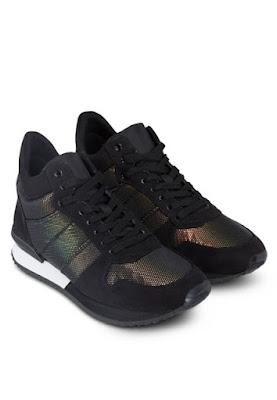 Mua hàng trực tuyến với giày thể thao