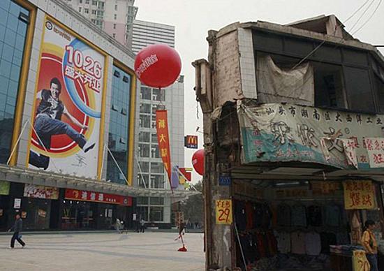 Construções no meio do caminho na China - Shopping em Hunan
