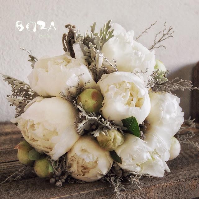 peonias blancas y flores grises