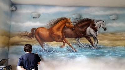 Obraz malowanie konie, konie w galopie, obraz ścienny namalowany na ścianie