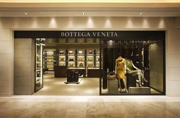aec33a8358d2a Foi então, que em julho de 2001, o Grupo Gucci, que hoje pertence ao  conglomerado de luxo PPR (recentemente renomeado Kering), comprou 66% da  BOTTEGA VENETA ...