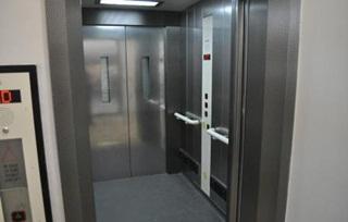 Terjebak Satu Bulan di Lift, Wanita Ini ditemukan dengan kondisi menggenaskan