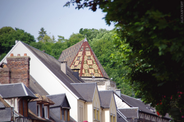 aliciasivert, alicia sivertsson, france, normandy, frankrike, normandie, elbeuf, house, hus, byggnad, building, tak, roof