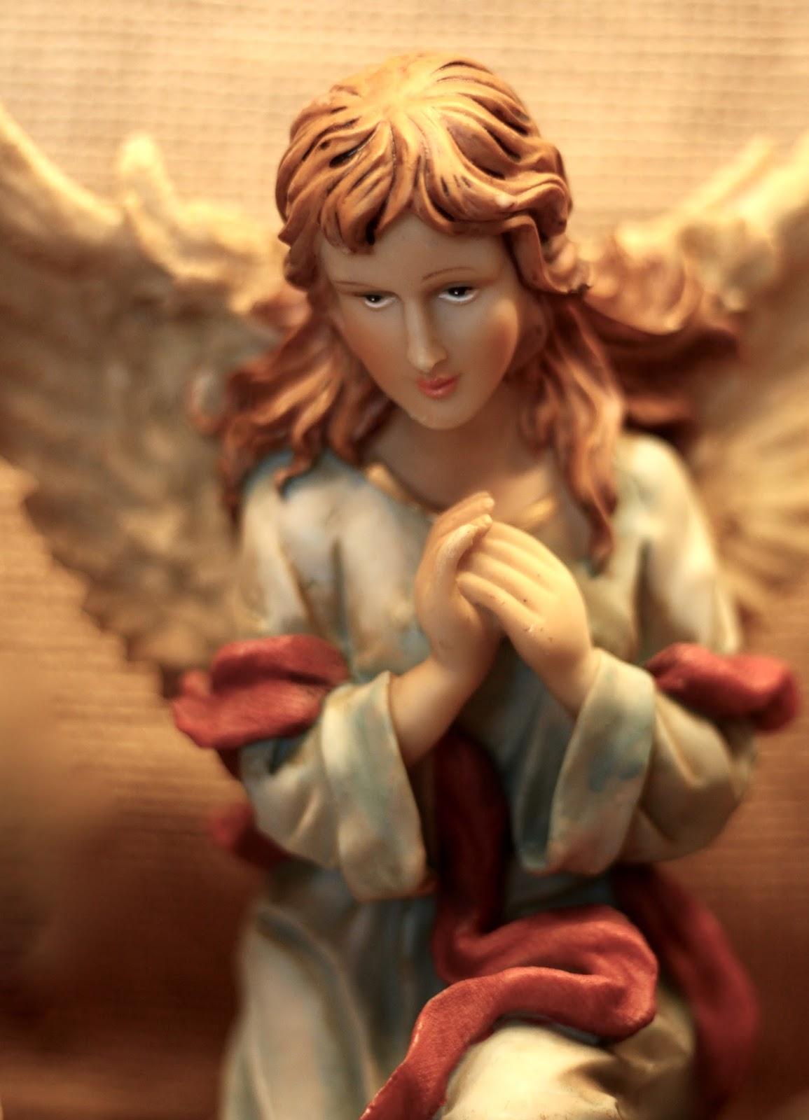 Selbst gebaute Weihnachtskrippe mit Figuren aus Polyresin oder Kunstharz: Engel