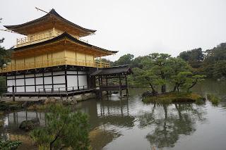 Pabellón dorado y el estanque