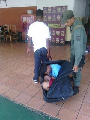 Casi escapa de la cárcel dentro de una maleta