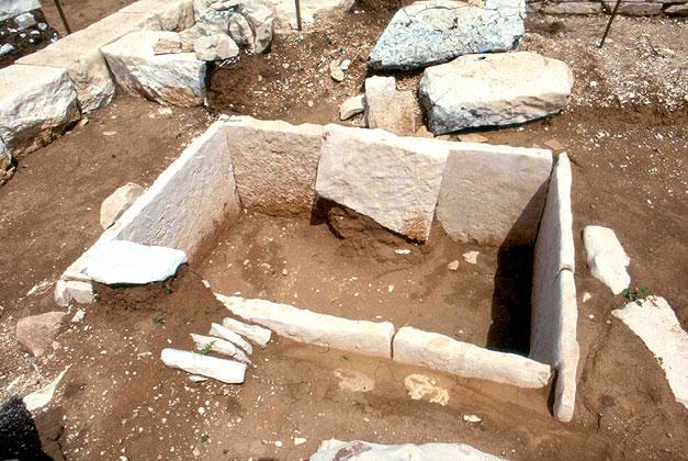 Θεσπρωτία: Ταφικό υπαίθριο συλημένο μνημείο του 3ου π.Χ. αιώνα σώζεται στο Ζερβοχώρι Παραμυθιάς