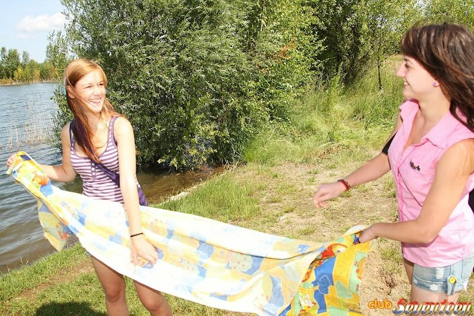 Hai em nữ sinh đi cắm trại đụ, liếm lồn nhau 7
