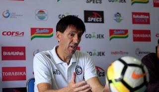 Kalah, Pelatih Arema FC Malah Kecam Permainan Persib