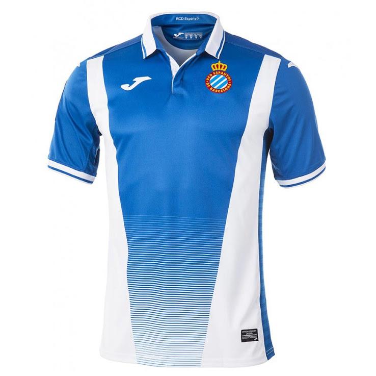 Los detalles adicionales están presentes es blanco de cuello y de la manga  puños de la primera camiseta Espanyol 2018. Un detalle de la bandera  catalán ... adc2e1c42bea2