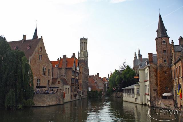 Canales de Brujas al fondo torre Belfot