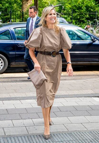 Queen Maxima wore H&M dark-beige blloon-sleeved dress