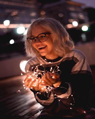 foto tumblr con luces en la calle riendose