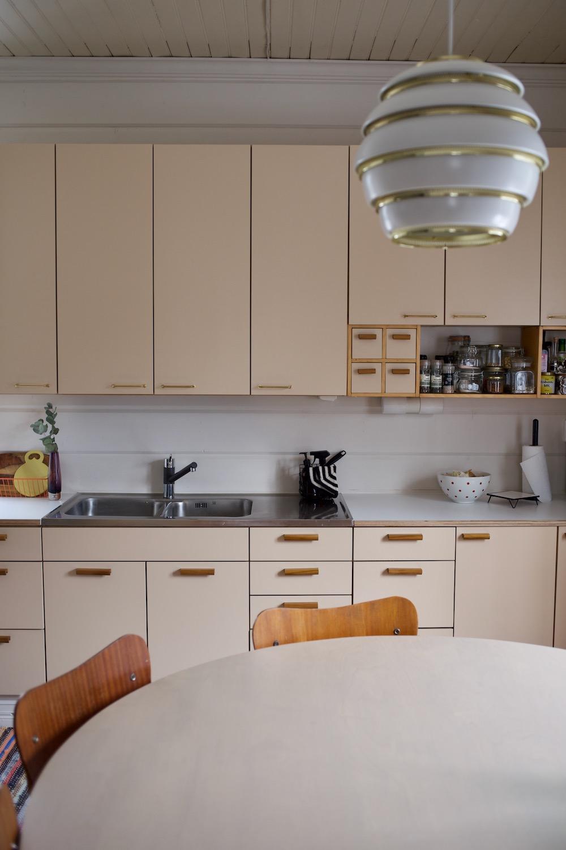 Vanhan talon keittiöremontti / keittiön kaapit. Puusepän tekemä keittiö. Säästävä keittiöremontti. Kaapin ovet mittojen mukaan.