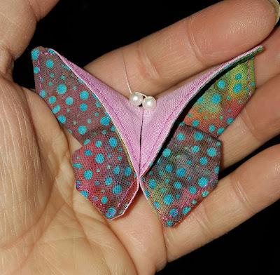 Aus Batikstoff gefalteter und genähter Schmetterling