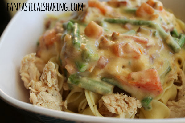 Bacon Chicken Alfredo Pasta | Chicken, ham, & bacon combine with asparagus and tomato to make this alfredo pasta the best ever! #recipe #bacon