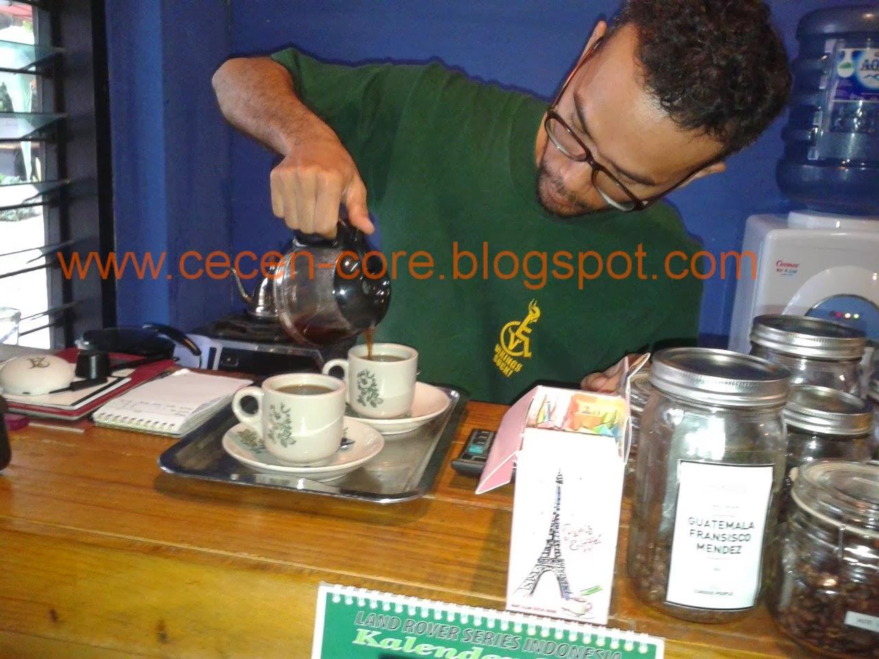 Denny Sitohang meracik kopi lintong di Omerta Koffie