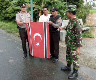 Prajurit TNI dan Warga Setempat Turunkan Bendera Bulan Bintang Di Banda Aceh - Commando
