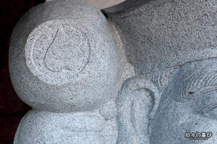 détail d'une statue avec motif en forme de coeur