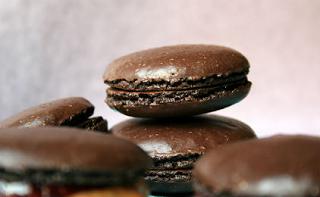 Αποτέλεσμα εικόνας για μακαρόν μαύρης σοκολάτας