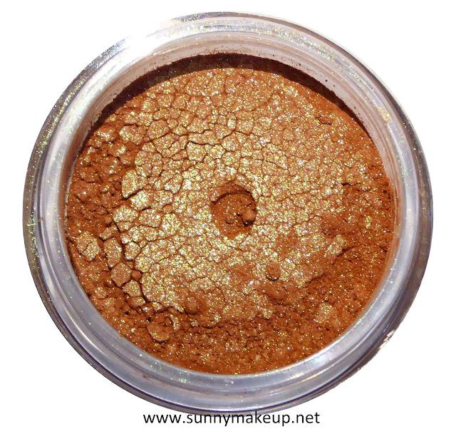 Neve Cosmetics - Sisters of Pearl. Ombretto minerale nella colorazione Seahorse.