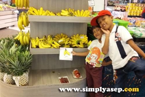 PUSAT BUAH :  Anak anak saya suka buah buahan.  Di Mall Malioboro juga ada banyak buah buahan segar siap untuk anda bawa.  Foto Asep Haryono